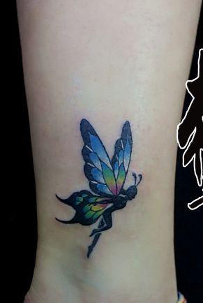 女生腿部彩色精灵翅膀纹身图案
