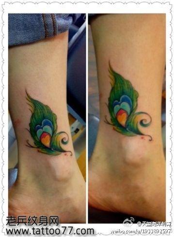 女生小腿处彩色孔雀羽毛纹身图案