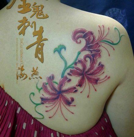 女孩子肩部彩色彼岸花纹身图案