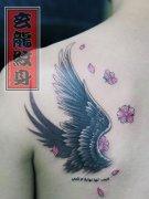 男孩子肩背天使的翅膀纹身图案