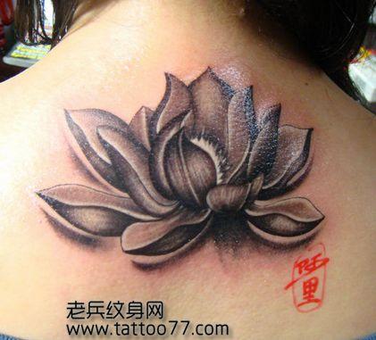 女孩子背部黑白莲花纹身图案