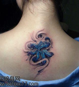 女孩子背部一款好看的彼岸花纹身图案