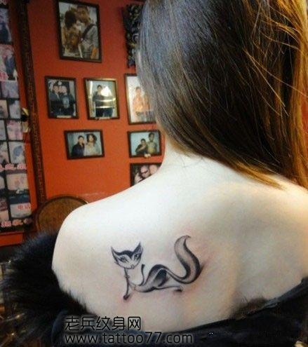 女孩子肩背妖骚的狐狸纹身图案