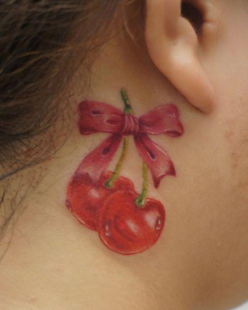 女孩子颈部彩色樱桃纹身图案