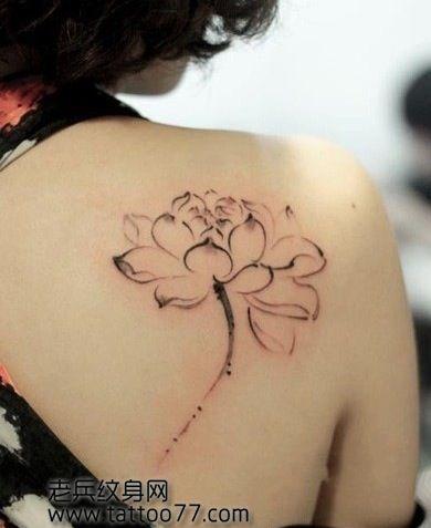女生肩背漂亮的水墨莲花纹身图案