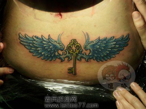 美女腰部一款钥匙与翅膀纹身图案