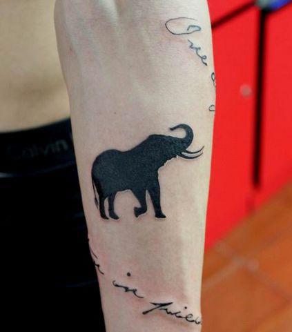 男生手臂一款图腾大象纹身图案