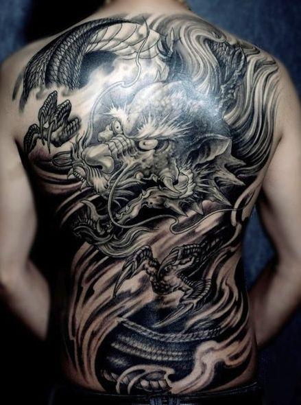男人背部霸气的满背龙纹身图案