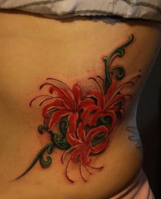 美女腰部漂亮的彼岸花纹身图案
