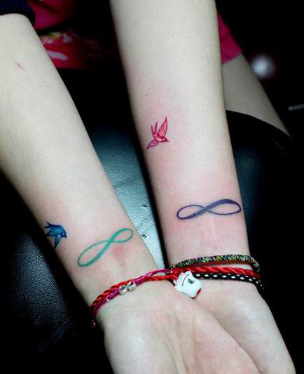 女生手腕处无限符号与小鸟纹身图案