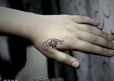 手部虎口唯美的四叶草纹身图案