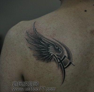 男生肩背简单流行的翅膀纹身图案图片