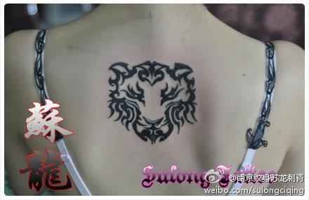 手臂黑灰狮子头像纹身图案         男生手部虎头小巧的图腾蛇纹身