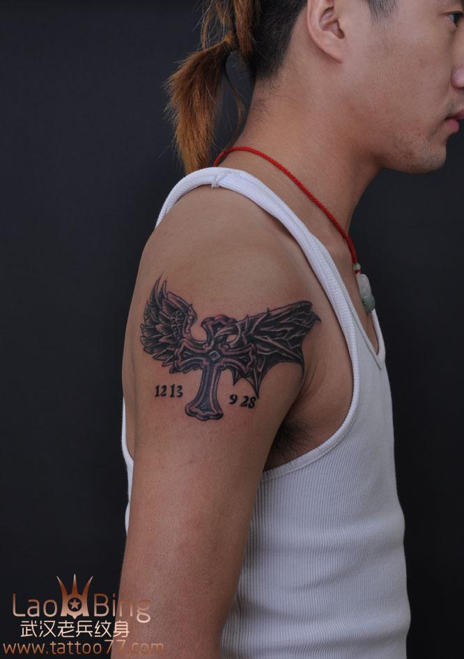 男生手臂十字架纹身,带翅膀的十字架纹身 (666x946)