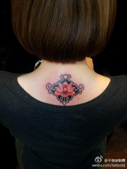 女生颈部唯美的图腾莲花纹身图案
