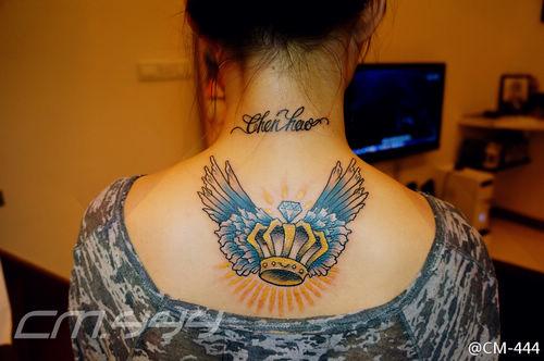 女孩子后背皇冠与翅膀纹身图案图片