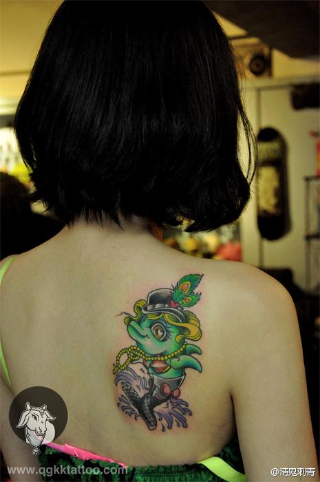 女生肩背可爱的小海豚纹身图案