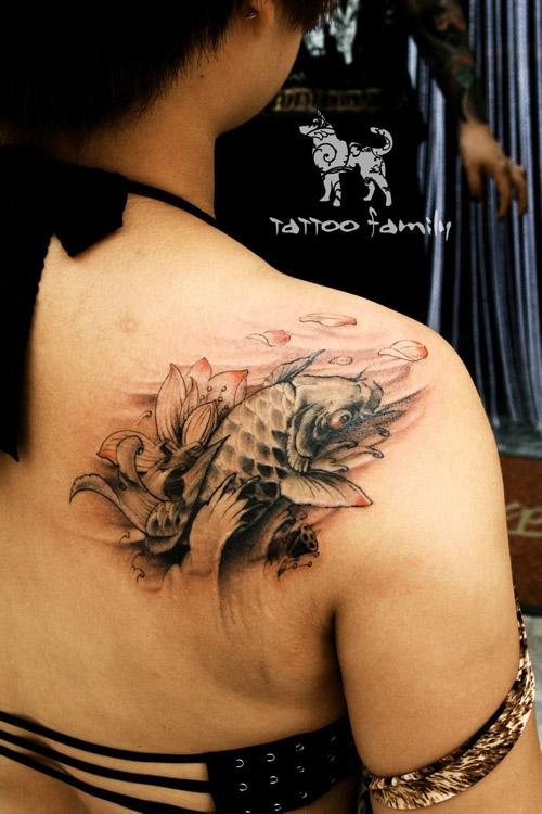 cn/         男人肩膀处漂亮的彩色过肩鲤鱼纹身图案         男人图片