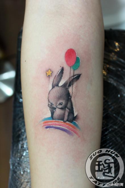 女生手臂可爱的卡通小兔子纹身图案