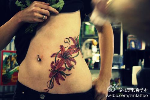 美女腹部漂亮的百合花纹身图案