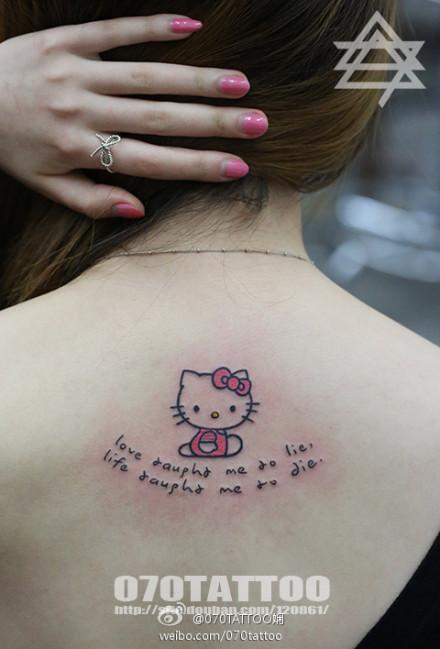 女生背部可爱的小猫咪与字母纹身图案