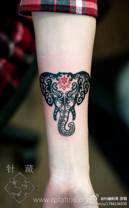 女生手臂好看的图腾大象纹身图案