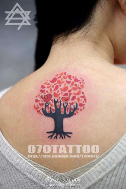 女孩子后背好看的小树纹身图案