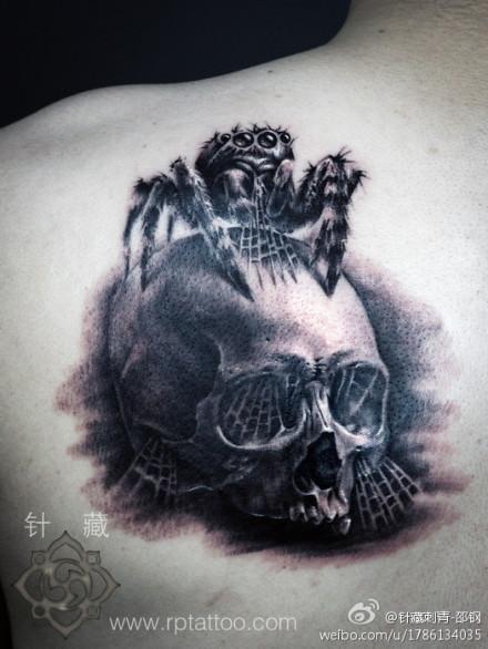 男人肩背超级酷的蜘蛛与骷髅纹身图案图片
