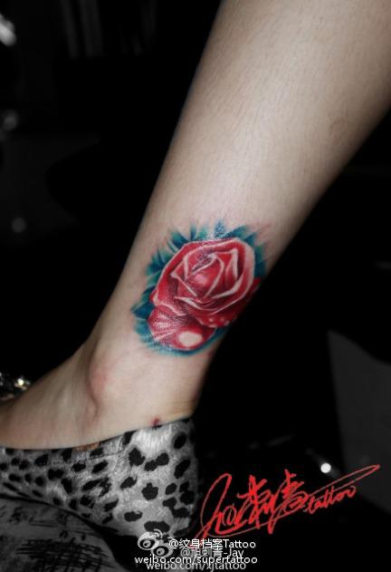 女生腿部好看的彩色玫瑰花纹身图案