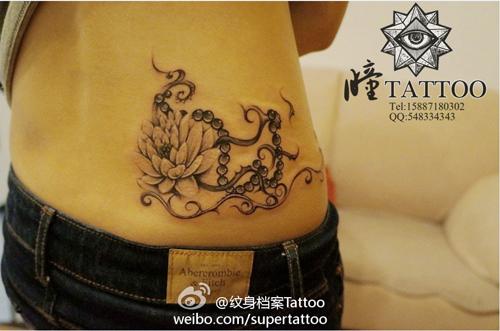 女生腰部一款好看的莲花与佛珠纹身图案