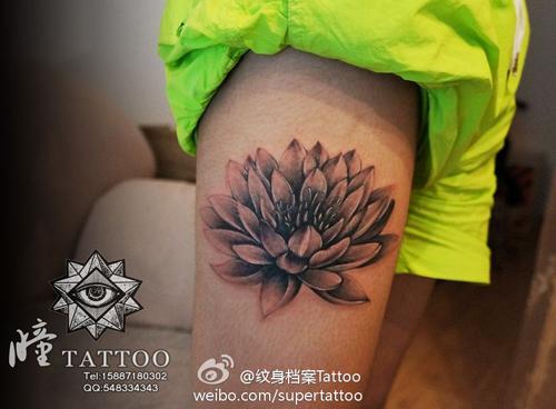 女生腿部好看的黑白莲花纹身图案