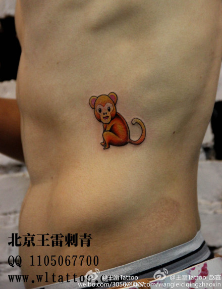 男生侧腰可爱的小猴子纹身图案