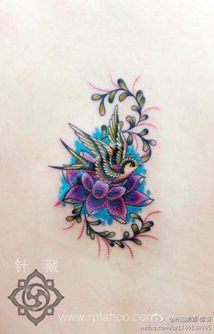 好看的彩色小燕子莲花纹身图案