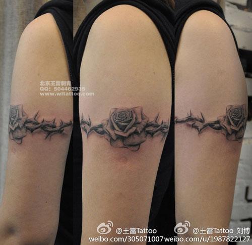 男生手臂好看经典的玫瑰花与荆条纹身图案 游客 对 老兵.