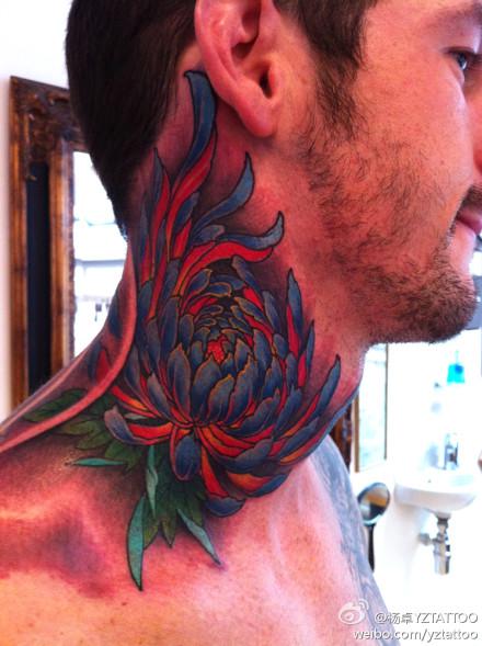 男人脖子处好看的菊花纹身图案