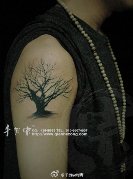 男人手臂干枯的图腾树纹身图案图片