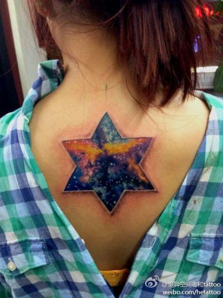 女生背部好看的星空六角星纹身图案图片