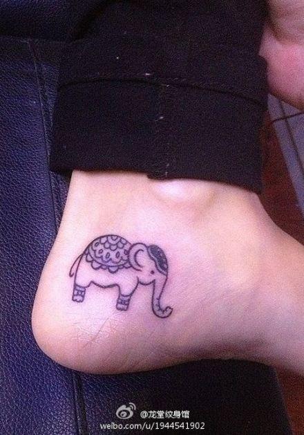 女生脚部可爱的小象纹身图案