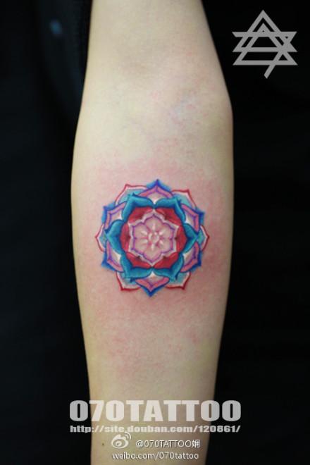 女生手臂漂亮好看的彩色花卉纹身图案