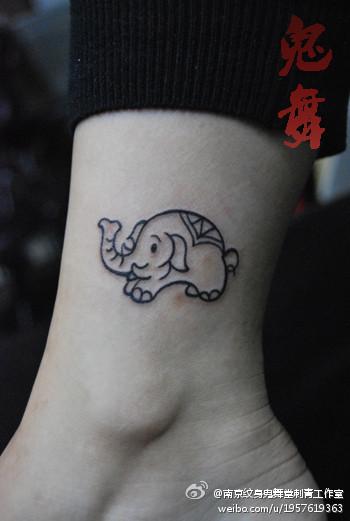 女生腿部可爱的小象纹身图案