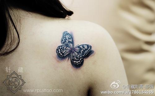 美女肩背写实的黑白蝴蝶纹身图案