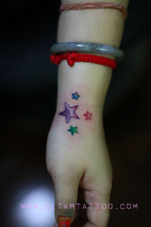 美女背部五角星十字架纹身图案