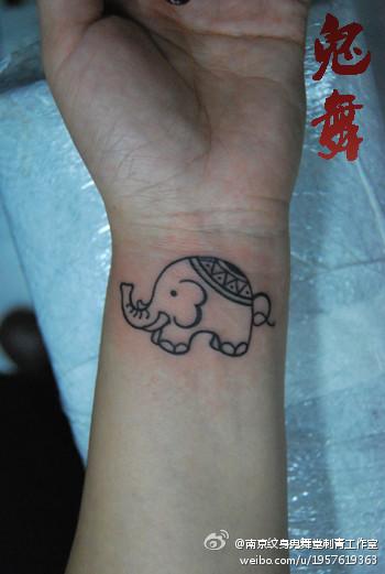 女生手腕可爱流行的小象纹身图案