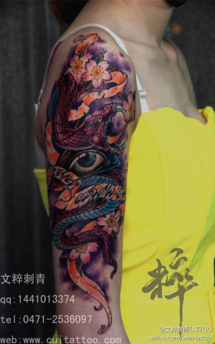 女生手臂帅气的彩色蛇纹身图案