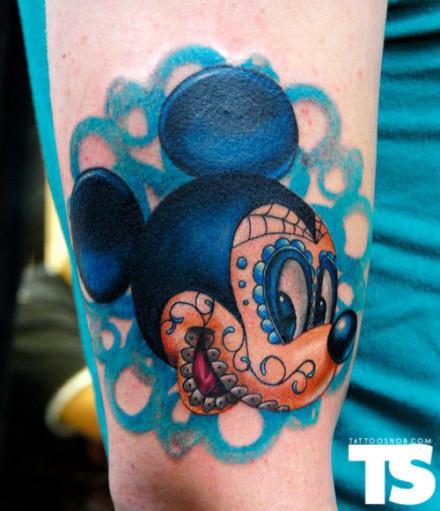手臂可爱的卡通米老鼠纹身图案