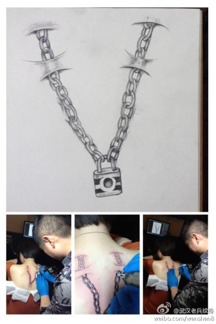 武汉纹身店兵哥给性感大美妞设计滴撕皮锁链纹身图案制作中