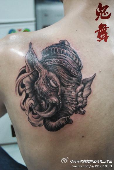 姜子牙纹身_男人肩背凶悍的象神纹身图案