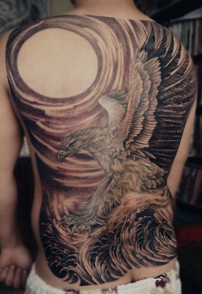 男人背部霸气的满背老鹰纹身图案