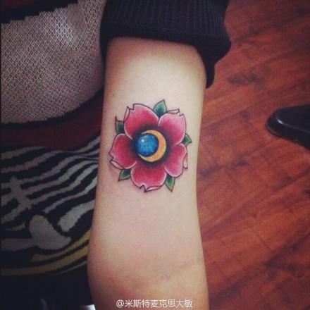 女生腿部唯美精美的樱花纹身图案