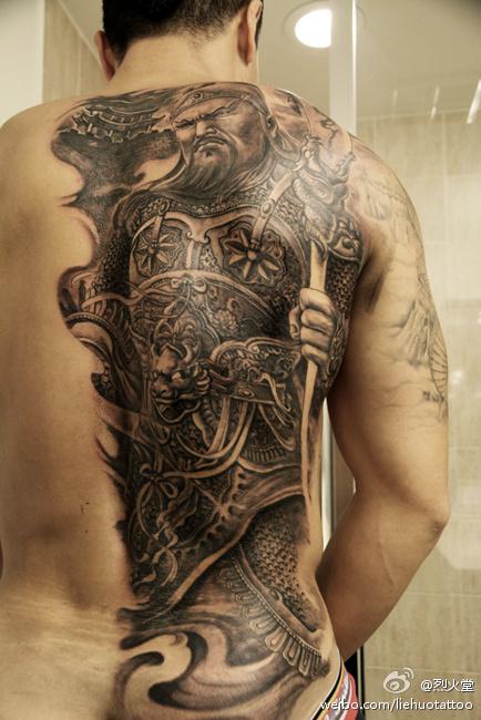 男人背部霸气的半背关公纹身图案